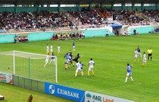 Ha Noi keeper Hong Son and Samson defend a corner