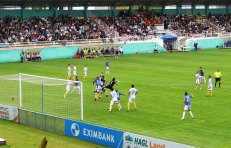 Ha Noi keeper Hong Son and Samson defend a corner