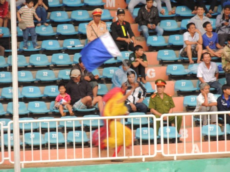 He set off on lap to celebrate HAGL's goal.....Ha Noi equalised before he completed it!