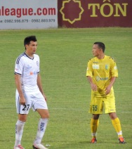 Da Nang striker Merlo (in white) and T&T's Van Bien