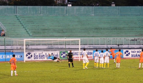 Hong Son gets a hand to Rogerio's penalty.