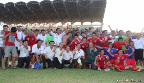 Quang Nam players and officials celebrate promotion