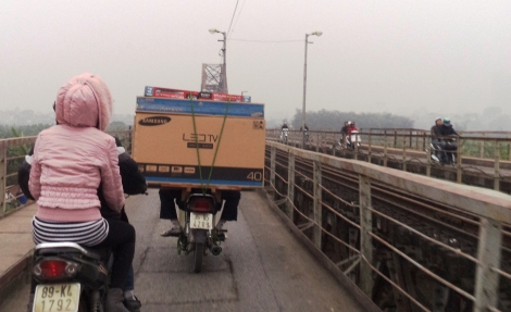 stuck behind this guy on Long Bien Bridge. It seems someone wanted to rub in the fact I would be watching on TV