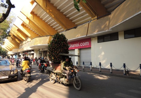 A Tet tree passes the Hang Day stadium