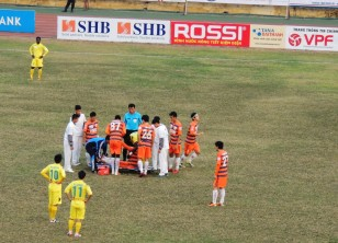 Hoang Vissai is injured seconds after the restart