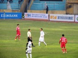 T&T's Văn Biển confronts the referee