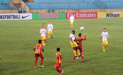 Hà Nội T&T's Samson out jumps a Selangor player