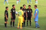 T&T captain greets Thanh Hoa's Ceh, playing his last game for the club.