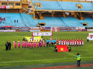 Hà Nội & Đắk Lắk line up for the National anthem