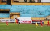 Đắk Lắk's GK Van Hoa clears