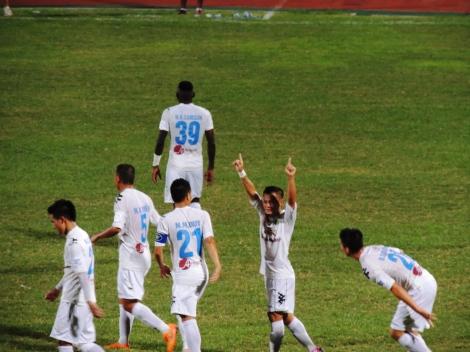 Phạm Thành Lương celebrates his wonder goal