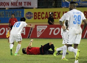 Nguyễn Văn Quyết (10) and the ref