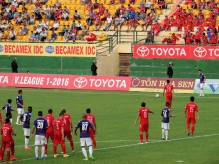 Lê Công Vinh heads off to take a free kick for BD
