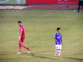 Hồ Minh Dĩ (r) came on for his Hanoi FC debut